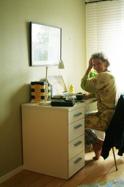 Eva i en blommig morgonrock och rutiga pyjamasbyxor 11 augusti 2010
