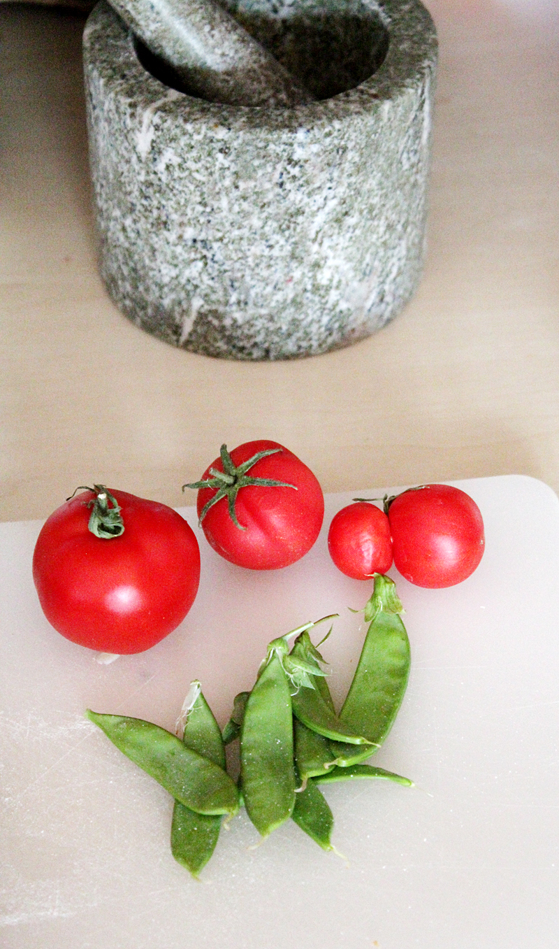 Egna sockerärtor och tomater