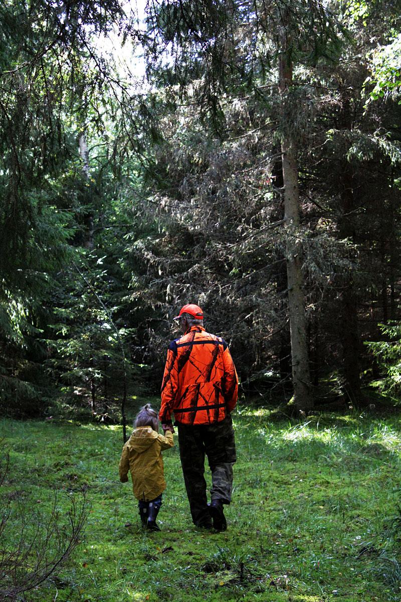 Helmer och Janne i skogen.